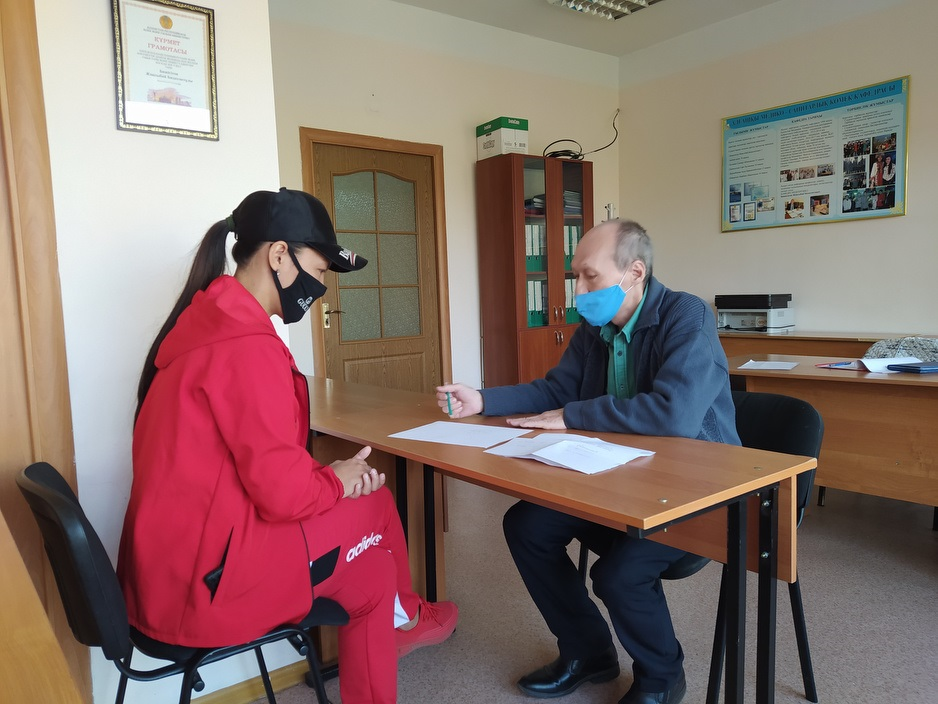 A psychologist meets with patient during mental health consultation.
